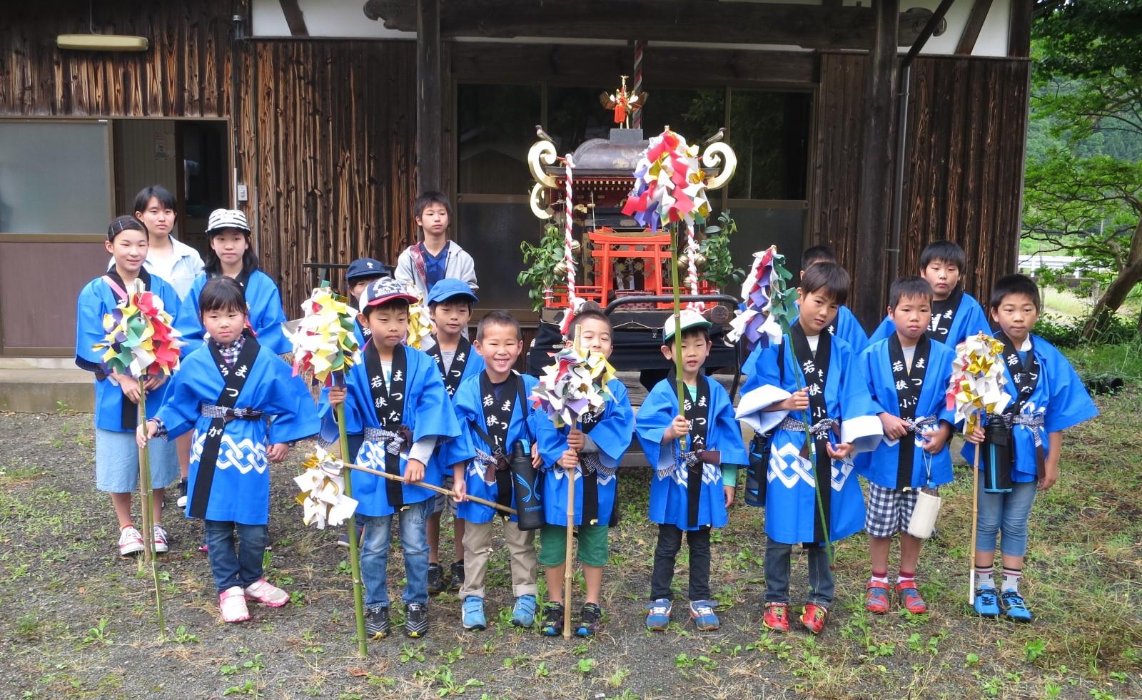 子供みこし 松永地区各区で子供たちが元気な声で御輿をひいて各家々を回りました。